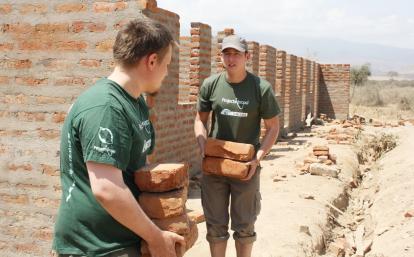 タンザニアで学校建設に向けてレンガを運ぶ高校生ボランティアたち